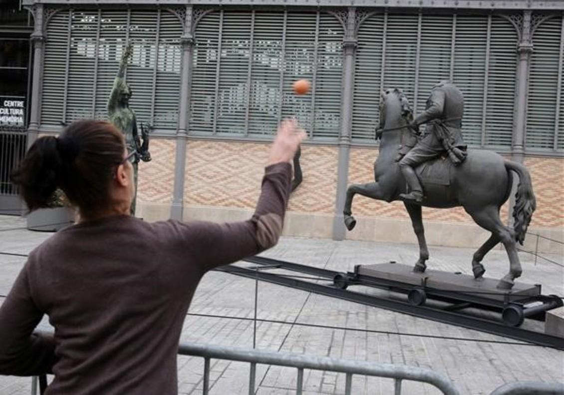 Barcelona 17 10 2016Ataque con huevos a la estatua de Franco en el Born