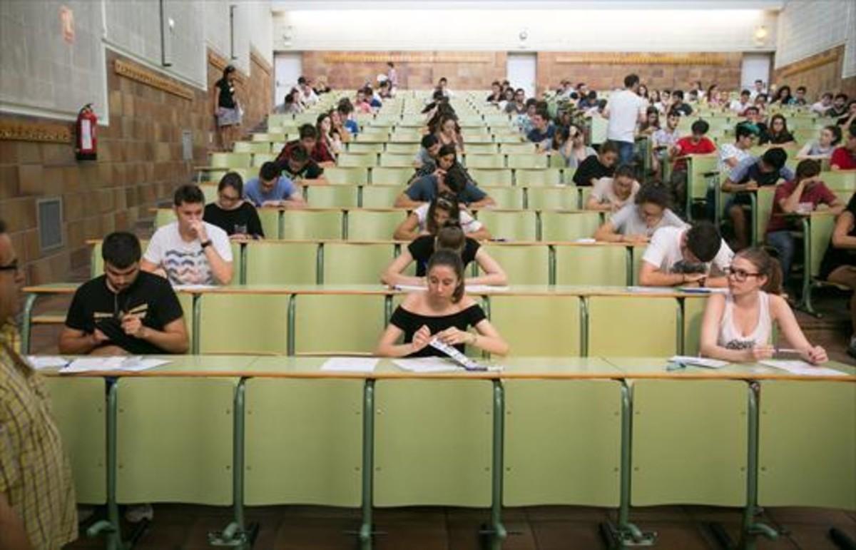 Estudiantes en el examen de selectividad celebrado en la Universidad de Zaragoza el pasado septiembre.