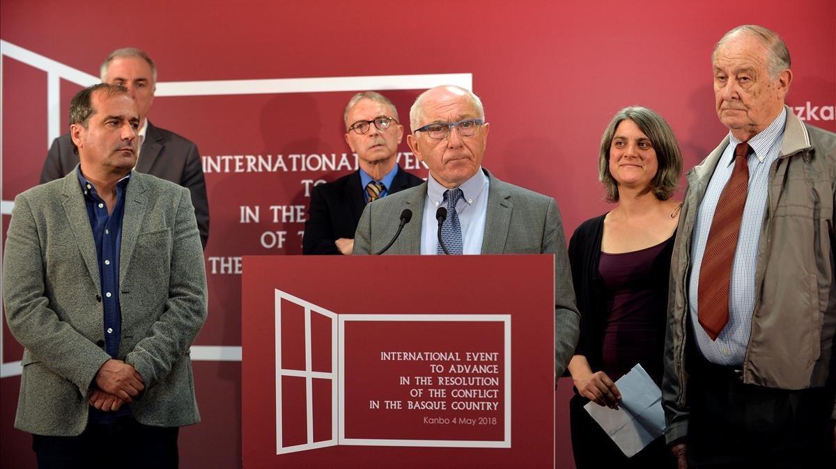 El alcalde de Bayona Jean René Etchegaray y varios miembros del grupo de contacto Internacional anuncian la disolución de ETA.