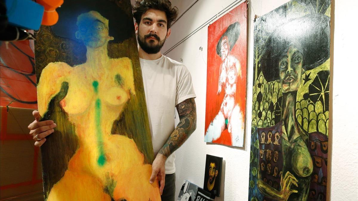 Dos quadros apareixen pintats amb esprai en una exposició col·lectiva del Centre Cívic Guinardó