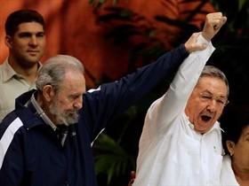 Fidel levanta el brazo de Raúl, en abril del 2011.