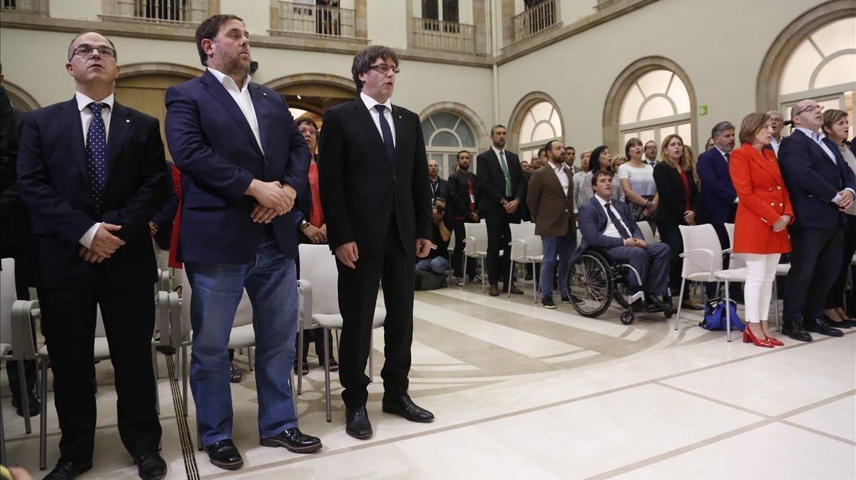 Firma de la declaración de independencia al finalizar el pleno en el Parlament.