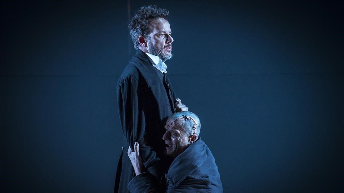 Àngel LLàcer (izquierda) y Joel Joan, el Dr.Frankenstein y su criatura, en una escenade la obra.