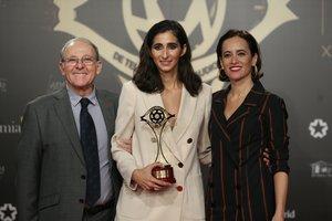GRAF1479. MADRID, 18/11/2019.- La actriz Alba Flores (c) recibe el Premio a la Mejor Actriz, por su papel en la Casa de Papel, en la gala de entrega de los XXI Premios Iris de la Academia de Televisión, celebrada hoy lunes en el Nuevo Teatro Alcalá, en Madrid. EFE/ Javier Lizón