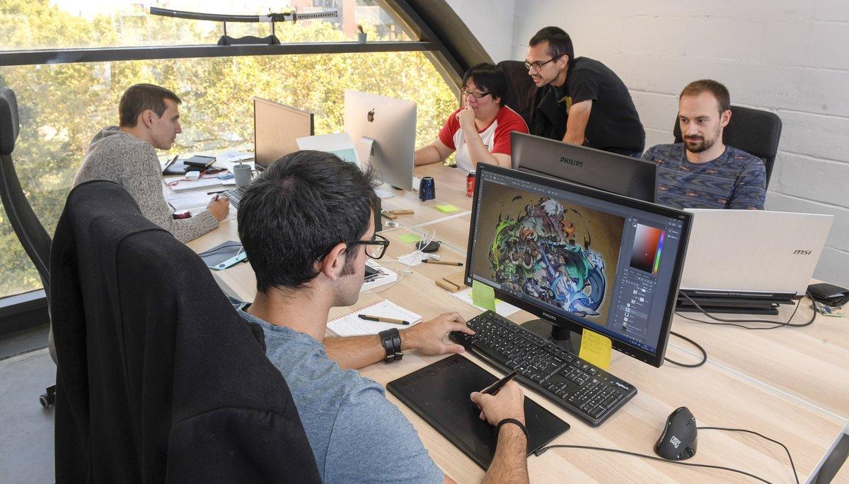 Los cinco integrantes del equipo Garage 51, unaempresa dedicada a los videojuegos, en su oficina en el edificio de Barcelona Activa.