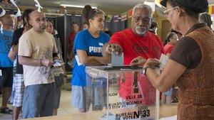 Gente votando en Noumea, en Nueva Caledonia, este domingo.