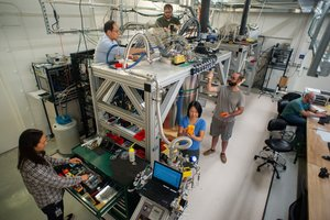 Científicos e ingenieros de Google alrededor de la cámara de refrigeración que contiene el chip del ordenador cuántico más potente de la empresa.