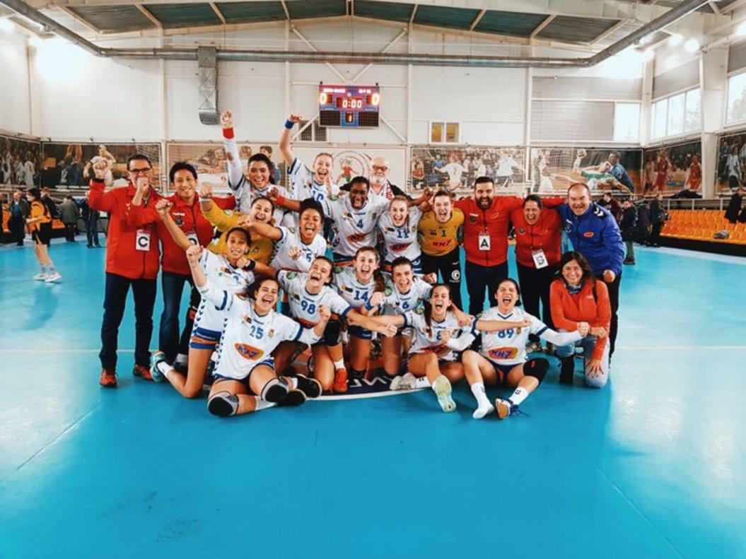 La foto de equipo de las triunfadoras tras su victoria en Minks.