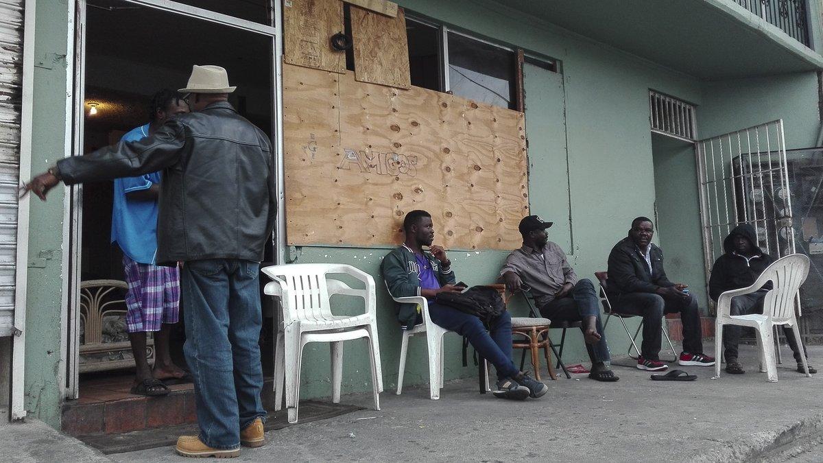 Un grupo de haitianos en uno de los edificios que habitan en el centro de Tijuana.
