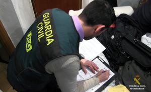 Un agente de la Guardia Civil en pleno trabajo.