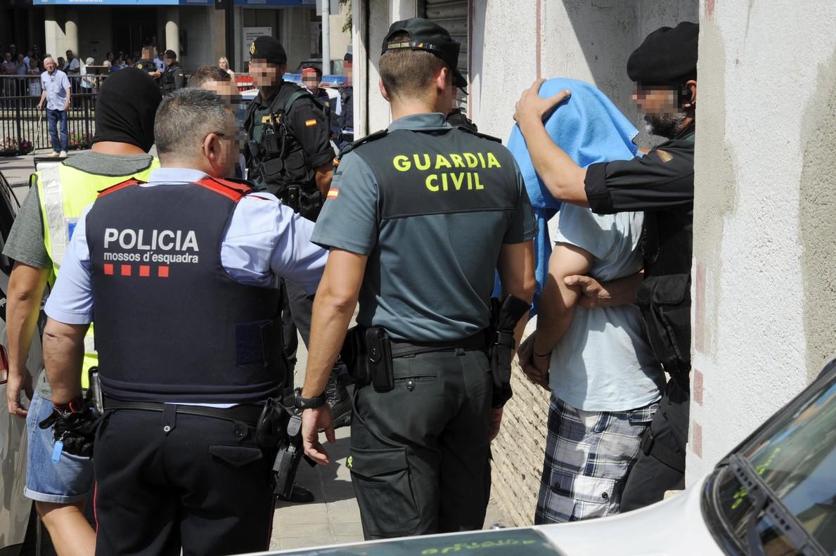 GGuardia Civil y Mossos d Esquadra se llevan a un detenido en Ripoll.