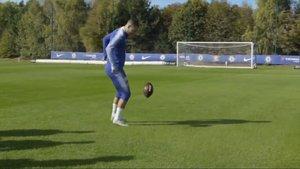 Hazard hace filigranas con un balón de fútbol americano.