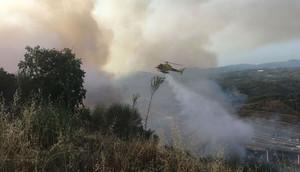 Un helicóptero, en labores de extinción del incendio ocurrido en la zona de Palau de Can Sunyer.