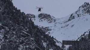 Un helicóptero sobrevuela la zona donde los militares han fallecido en Valfrejus (Francia), este lunes.