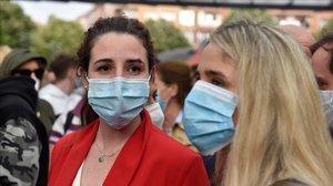 La diputada de Vox Rocio de Meer (i) durante un mitin de la campaña para las próximas elecciones vascas que se ha celebrado en Sestao y en el que ha sido objeto de lanzamientos de distintos objetos por parte de grupos antifascistas, lo que le ha causado una brecha en la cabeza.