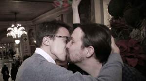 Iglesias y Errejón se besan en la ceremonia de premios de la Asociación de Periodistas Parlamentarios.