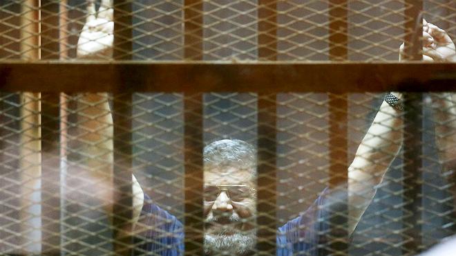 Imagen del expresidente Mohammed Mursi durante el juicio este sábado.