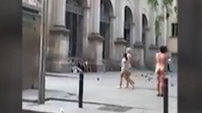 Incivismo vecinal en Barcelona. Una mujer sale desnuda de un baño público.