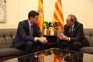 Al inicio de la reunión entre los presidentes del Gobierno y de la Generalitat, había dos flores de Pascua amarillas en la mesita de detrás.