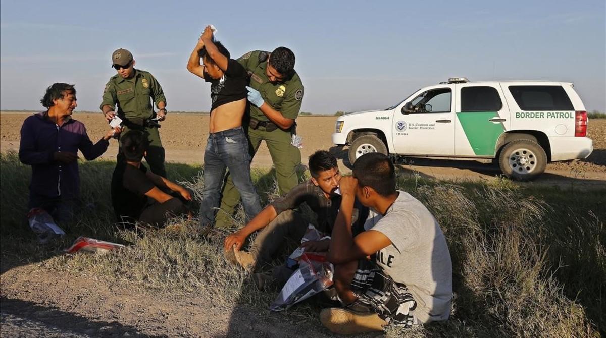 Agentes de la Patrulla Fronteriza de Estados Unidosdetienen a varios hombres sospechosos de haber cruzado el Río Grande el pasado mes de febrero.