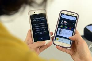 Un móvil con Siri y otro con Sherpa, programas de inteligencia artificial.