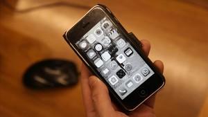 Un iPhone con la pantalla en blanco y negro