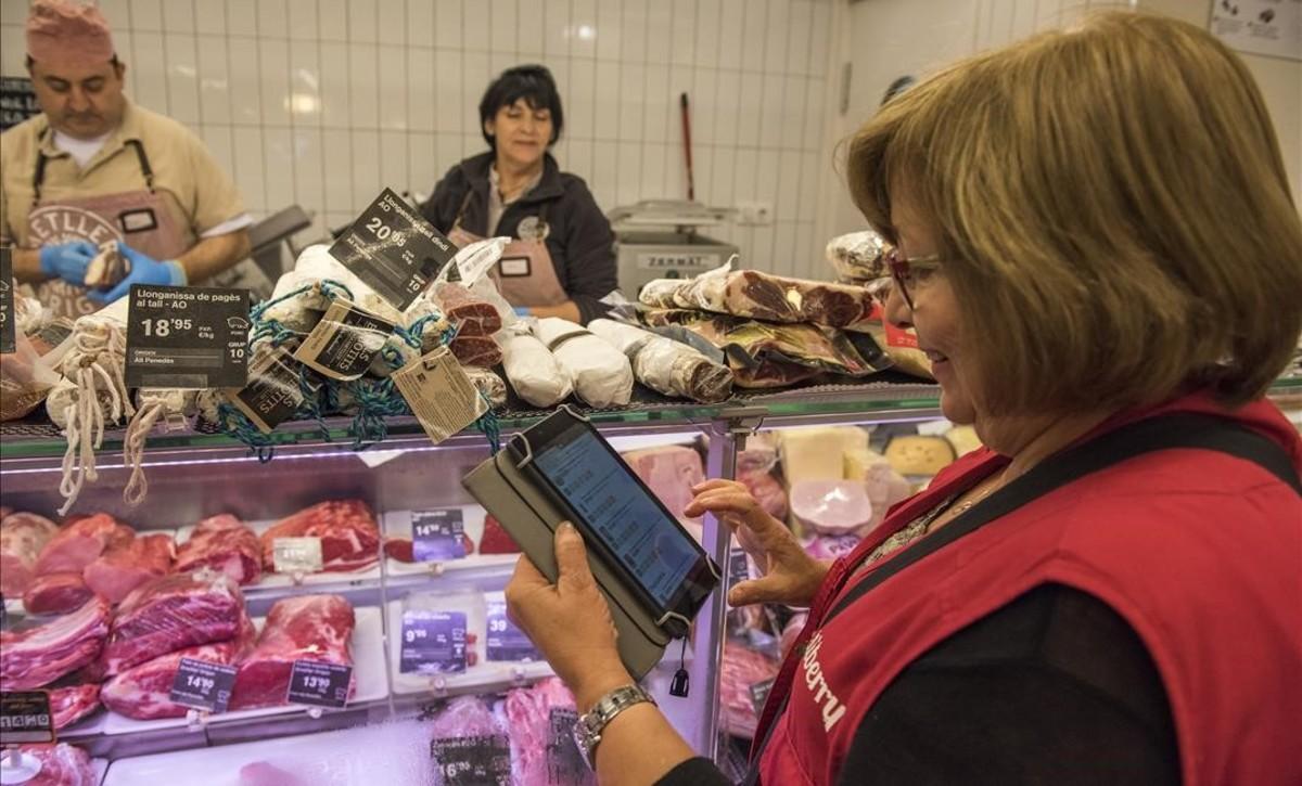 Isabel, una mama shopper de Deliberry, que compra y reparte los pedidos del supermercado.