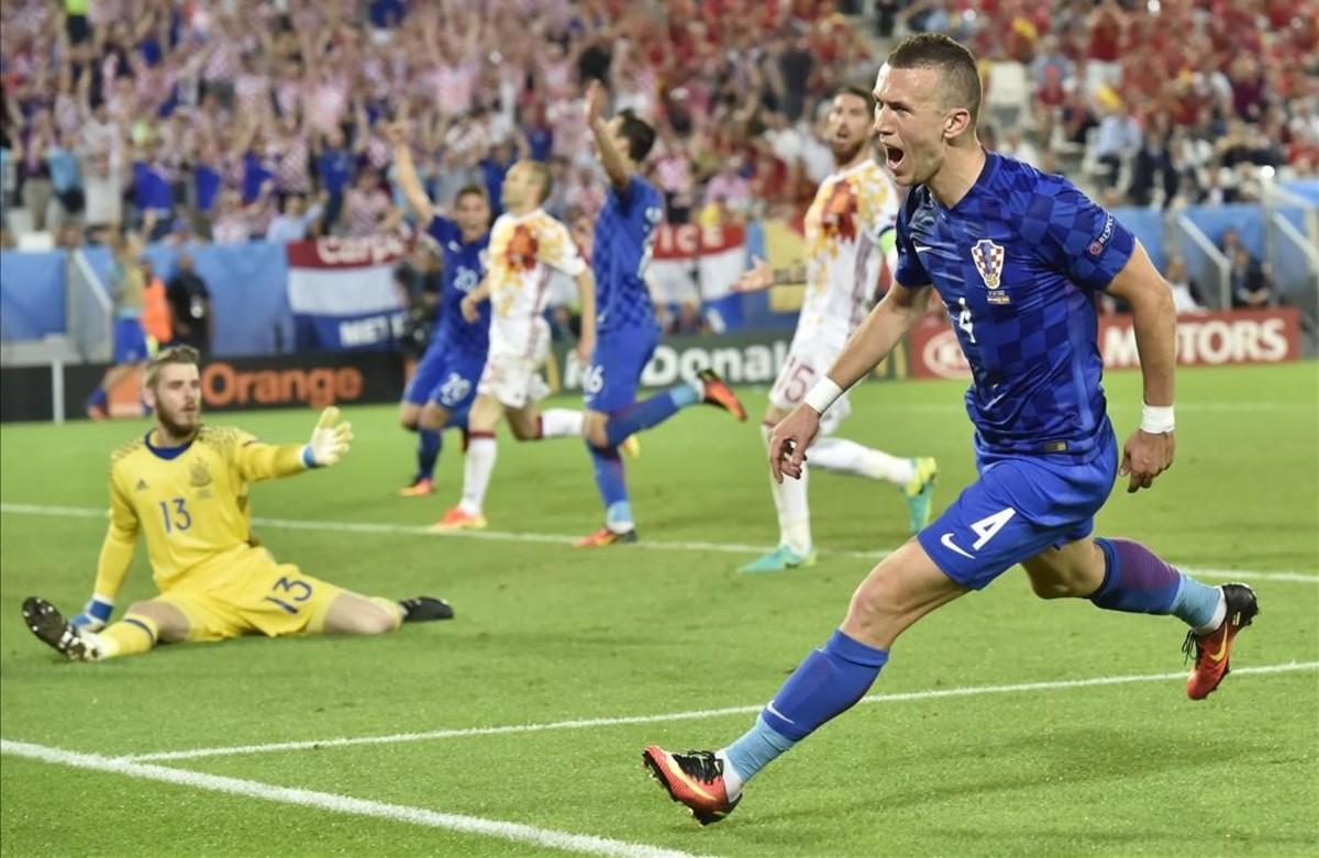 Ivan Perisic celebra su gol durante el partido de fútbol entre Croacia y España.