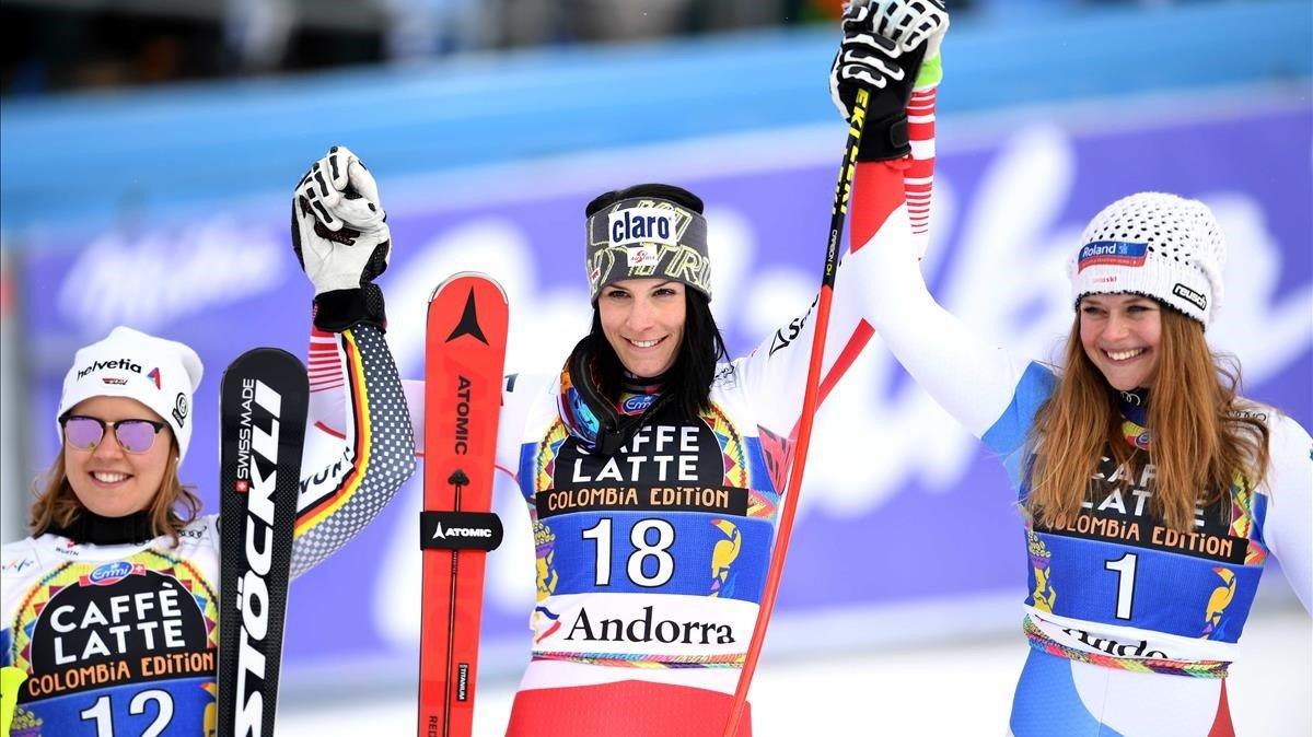 De izquierda a derecha, Rebensburg, Puchner y Suter, el podio del descenso femenino en Grandvalira (Andorra).