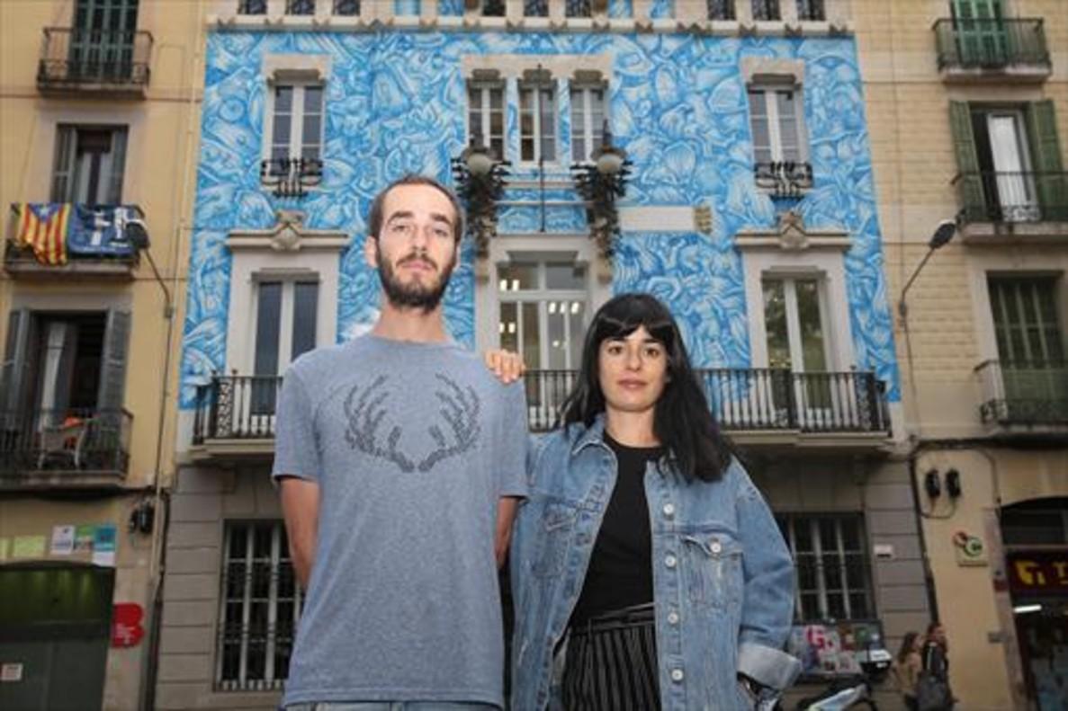 Javier de Riba y María López, delante de su mural 'Guarnit de Lliris'.