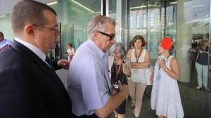 Antoni Mas, con su abogado Manuel González Peeters (de oscuro), entrando en la Ciutat de la Justicia de Barcelona, el pasado mes de junio.