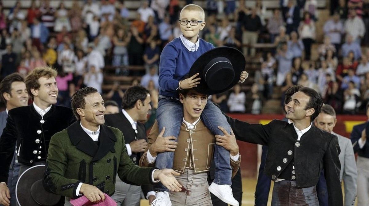 Adrián es llevado a hombros durante la corrida benéfica celebrada en Valencia.
