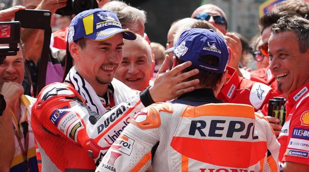 Jorge Lorenzo y Marc Márquez se saludan, sonrientes, en el 'corralito' del circuito de Austria, el pasado mes.