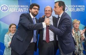 El secretario de organización del partido en Murcia, Fernado López Miras,el expresidente de Murcia, Pedro Antonio Sánchez, y el coordinador general del PP, Fernando Martínez-Maíllo, estelunes después de anunciar la dimisión de Sánchez.