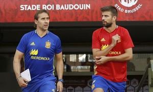Julen Lopetegui y Gerard Piqué saltan al césped del estadio Rey Baldunio antes del entrenamiento de este miércoles.