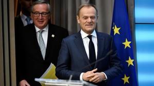 Juncker (izquierda) y Tusk, a su llegada para su rueda de prensa conjunta, en Bruselas, el 23 de febrero.