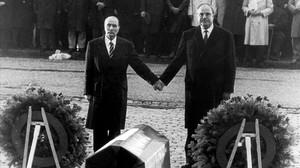 Kohl, con Miterrand, en una visita a los campos de batalla de Verdún, el 22 de septiembre de 1984.