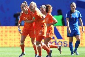 Las jugadoras holandesas celebran el segundo tanto en los cuartos ante Italia