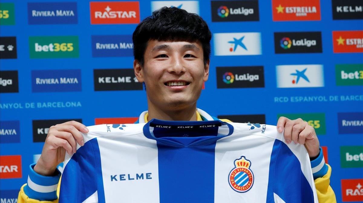 Wu Lei, posando con la camiseta durante su presentación.