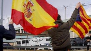 Llegada del autobús de la Guardia Civil que traslada al exvicepresidente de la Generalitat Oriol Junqueras, los exconsellers Raül Romeva, Josep Rull, Jordi Turull y Joaquim Forn y los activistas Jordi Cuixart y Jordi Sànchez, a la cárcel de Soto del Real.