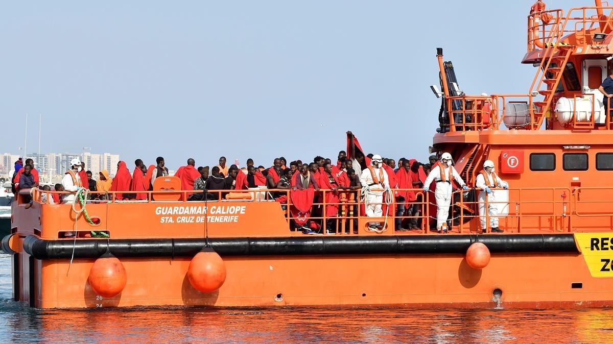Llegada al puerto de Almeria de los tripulantes de una patera rescatada por Salvamento Marítimo el pasado mes de julio.