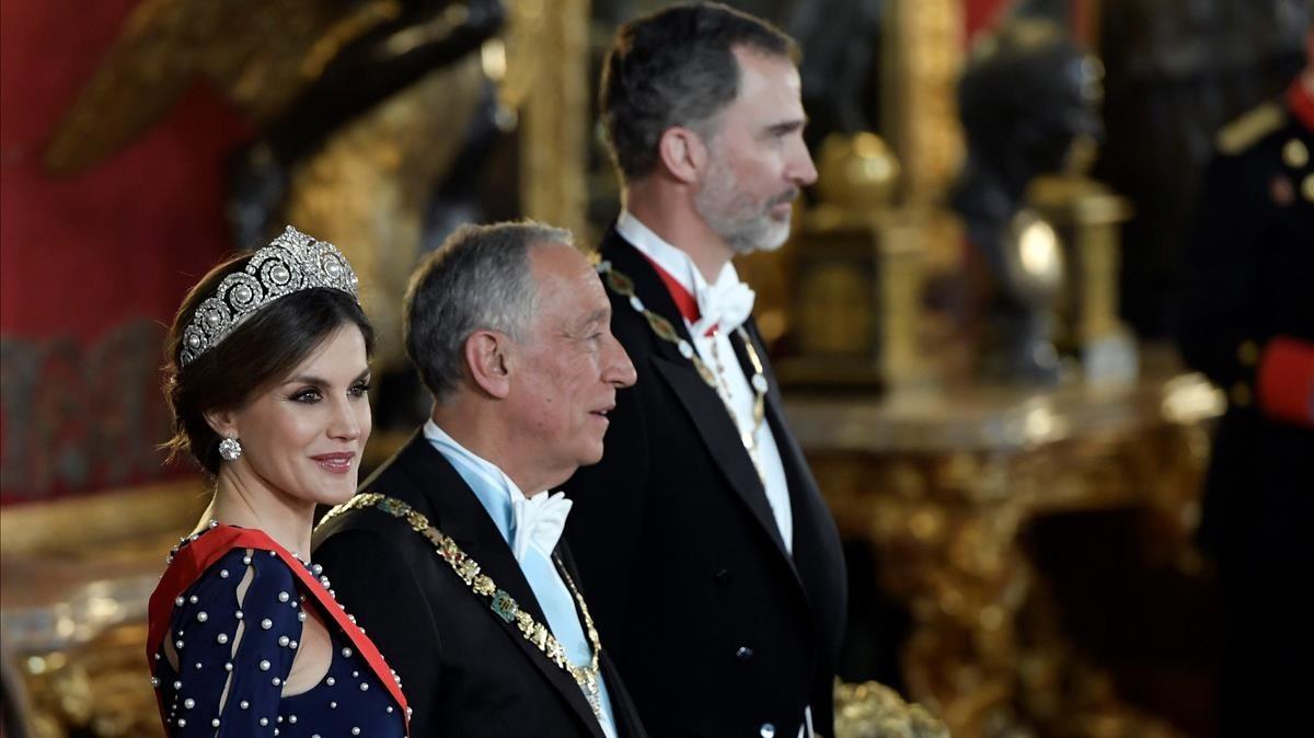 Letizia es posa una de les tiares de Sofia