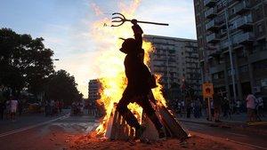 Los diables de LaSagrera encienden la hoguera en la plaza de Elx.
