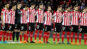 Los jugadores del Athletic hacen un minuto de silencio en San Mamés.
