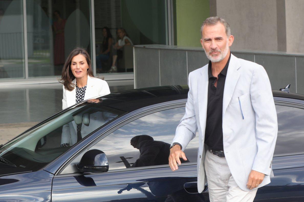 Los reyes Felipe y Letizia salen de visitar al rey Juan Carlos, el domingo, en el hospital Quirón Salud Madrid.