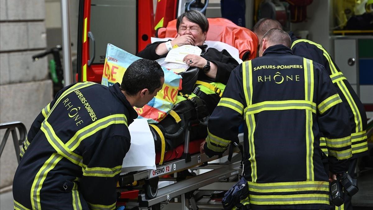Los servicios de emergencia trasladan a los heridos hasta el hospital más cercano,tras la explosión en una calle relativamente céntrica de Lyon (515.000 habitantes), en el corazón de Francia.