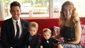 Michael Buble, su mujer, Luisana Lopilata, y sus dos hijos.