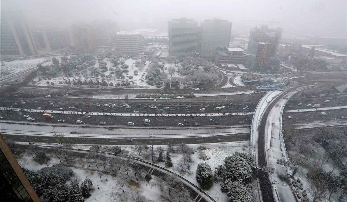 La M30 bajo la intensa nevada caída esta mañana en el centro de Madrid.