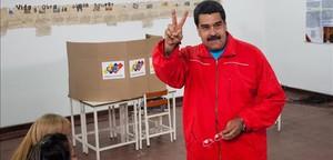 Maduro fa el signe de la victòria abans de votar en un centre de Caracas, aquest diumenge.