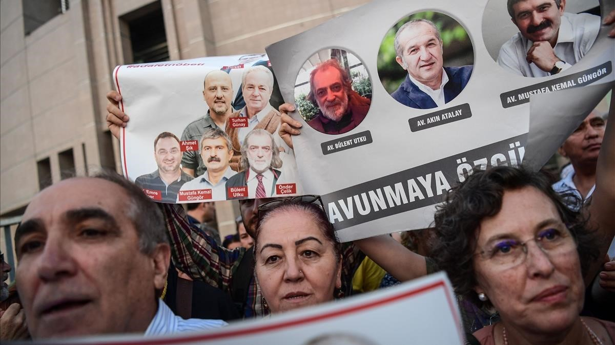 Manifestación en Estambul en julio del 2017 en apoyo a los periodistas del periódico Cumhuriyet, condenados hoy a prisión bajo cargos de terrorismo.